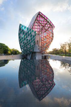 LVMH モエ ヘネシー・ルイ ヴィトングループのアート複合文化施設「フォンダシオン ルイ・ヴィトン」で、ストライプ柄の作品で知られる現代アーティスト ダニエル・ビュラン(Daniel Buren)による期間限定のアート作品「Observatory of Light (光の観測所)」が5月11日から展示される。