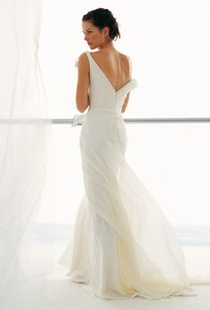 Brides: Le Spose di Gi�. Chiffon, deep V-neckline dress, with low back, and soft train.