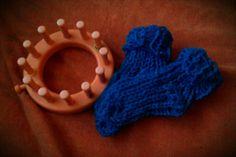 Op mijn mini breiring kleine sokjes gepunnikt voor een baby. Patroontje is op deze site te vinden http://www.purlingsprite.com