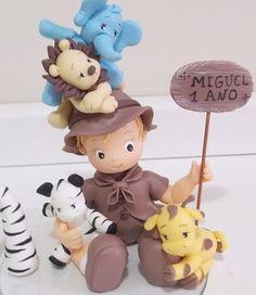 Topo de bolo tema safari em biscuit.    Personalizamos o menininho como desejar. R$ 90,00