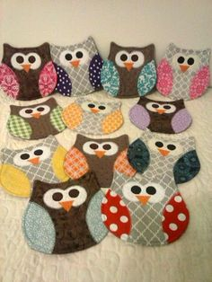 Owl Mug Rug - Owl Coasters These cute little owl mug rugs are both fun and functional! Theyll definitely add some cheer to your home or office, and are great gifts! Please select from options to choose a body color for your mug rugs, and a color or holid Mug Rug Patterns, Owl Patterns, Quilt Patterns, Owl Quilt Pattern, Craft Patterns, Small Quilts, Mini Quilts, Quilting Projects, Sewing Projects