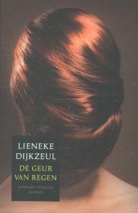 Luisterboek bib: 3e boek - De geur van regen - Lieneke Dijkzeul - Aan het einde van een zinderend hete zomerdag wordt een aanslag gepleegd op een jonge vrouw die ze ternauwernood overleeft. Een paar dagen later wordt in een kelderbox het verminkte lichaam van een tweede vrouw gevonden. De slachtoffers lijken willekeurig gekozen, maar ze hebben één ding gemeen: hun rode haar. http://www.bibliotheek.nl/bestanden/titels-luisterbieb-mei-2016.pdf