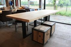 ZWAARTAFELEN I Vierkante eettafel met stalen plus onderstel www.zwaartafelen.nl