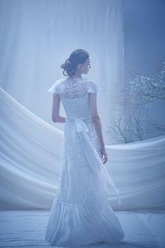 ウエストを刺繍で飾り、胸元とスカートはレース、ビーズ、パール刺繍で彩られたドレス。蝶々のような袖が特徴で、動くたびに軽やかに揺れる袖が印象的です。