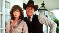 Linda Gray et Larry Hagman ont tout deux repris leur rôle dans la version 2012 de Dallas (Crédits photo: CBS)