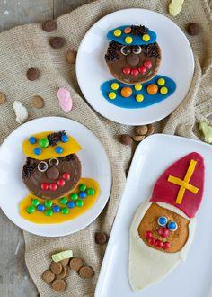 Dit is niet echt een sinterklaas-recept, meer een sinterklaas-idee. Een leuk idee om te doen met kids. Ik laat je zien hoe je op een hele gemakkelijke en leuke manier van een eierkoek een sinterklaas of zwarte piet kunt maken. Handig als jebijvoorbeeldgeen koekjes wilt bakken, maar direct aan de slag wilt om te versieren.... LEES MEER... A Food, Good Food, House Smells, Cooking With Kids, Creative Kids, The Hobbit, Kids And Parenting, Kids Meals, Saints