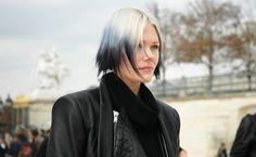 Se alguma das minhas amigas dissesse que iria tingir o cabelo de azul eu tentaria de todas as maneiras demovê-la desta idéia. Mas quando vejo esta foto da Katie Shillingford, editora de moda da Dazed, eu penso que ela tem um dos cabelos mais bonitos de todas as fashionistas. Bom, e ajuda muuuuito o fato …