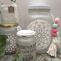 """Lahamaca taller de arte on Instagram: """"Seminario ON line !! *Esmerilado y stencil* Mañana martes a las 10 h últimos 2 lugares!! Sábado a las 10 h también hay lugar! 👉16 h…"""" Bottles And Jars, Mason Jars, Decoupage, Crafts With Glass Jars, Jar Art, Arts And Crafts, Diy Crafts, Recycled Bottles, Bottle Crafts"""