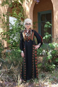 Middle eastern dress meats western accessories Great look style for older women aging gracefully Gretchen Schields (Advanced Style) Mature Fashion, Over 50 Womens Fashion, Fashion Over 50, Look Fashion, Fashion Clothes, Fashion Fall, Fashion Dresses, Fashion Trends, Moda Hippie