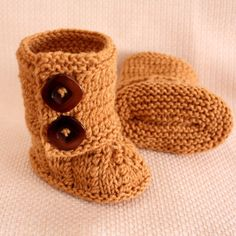more cute baby boots - kinda look like mini knitted uggs to me :)  Baby Boots by Julia Noskova. Worsted weight.  sizes 0-6 mo, 6-12 mo.
