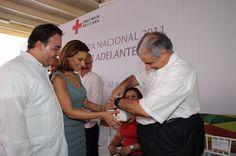 La señora Karime Macías de Duarte recibió de manos del Director de Delegaciones de la Cruz Roja Mexicana, Héctor Ferrer Castillo, el nombramiento como Presidenta Honoraria del Voluntariado de la benemérita institución en Veracruz.