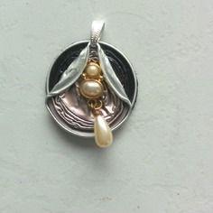 Pendentif capsules nespresso bicolore et perles nacrées
