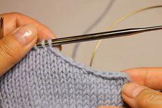 Многие рукодельницы сталкиваются с тем, что при закрытии петель для формирования линии проймы, эта линия получается ступеньками. Это особенно неприятно, если требуется оставлять линию проймы открытой…