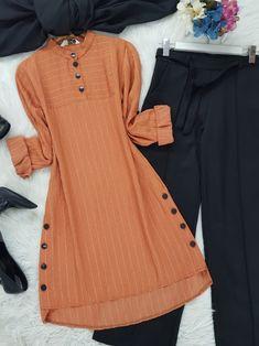 Stylish Dresses For Girls, Stylish Dress Designs, Designs For Dresses, Simple Dresses, Hijab Fashion, Fashion Outfits, Muslim Women Fashion, Pakistani Dresses Casual, Kurta Designs Women