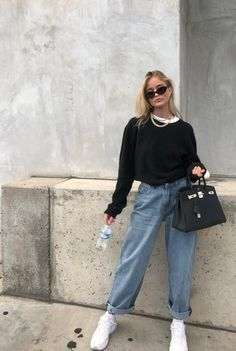 35 Ways to Style Casual Minimalist Jeans - How to wear Mom jeans, Straight leg - Carpets Mag Mode Outfits, Retro Outfits, Trendy Outfits, Fall Outfits, Vintage Outfits, Fashion Outfits, Fashion Clothes, Teenage Outfits, Sporty Outfits