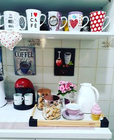 pq a ainda vai rolar a mais um passando na sua 😄… Coffee Corner Kitchen, Coffee Bar Home, Beautiful Kitchen Designs, Beautiful Kitchens, Cafe Bar, Kitchen Organisation, Kitchen Storage, Tea Station, Animal Decor