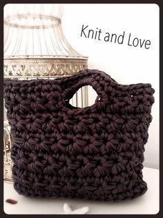 Cómo hacer un bolso de trapillo Bag Crochet, Crochet Bracelet, Crochet Handbags, Crochet Purses, Crochet Videos, Clutch, Knitted Bags, Loom Knitting, Handmade Bags