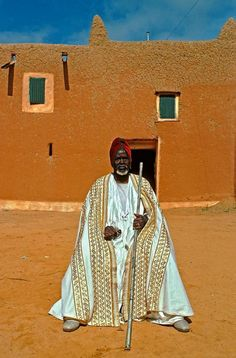 Africa | Sultan of Niger seated in front of his palace.  Niger | ©Julien Lecordier / Kairosimages