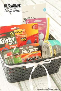 Housewarming Gift Idea DIY Housewarming Gift Basket Idea - It has the most common things someone needs when they move into their new home!<br> I came up with this Housewarming Gift Idea of the most common things you need when you move into your new home! Creative Gifts, Cool Gifts, Unique Gifts, Best Gifts, Cool Gift Ideas, Housewarming Gift Baskets, Housewarming Party, Craft Gifts, Diy Gifts