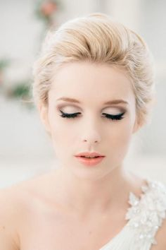 gorgeous wedding makeup with light pink eyeshadow and inked eyelashes