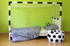 Ihr habt ein Fussball-verrücktes Kind zu Hause? Ich zeige euch, wie ihr mit einfachen Mitteln ein Fussball-Tor über das Kinderbett bauen könnt!