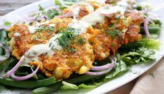 Koekjes van bloemkool en zoete aardappel met tahindressing - Culy.nl