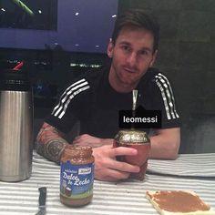 Gjett hva Messi spiser til frokost.  @dulcedelechemardel #oluflorentzen #dulcedeleche #messi @leonelmessi_oficial av oluf_lorentzen http://ift.tt/1KCP6KW