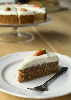 """Fast alle lieben ihn - den Möhrenkuchen. Vor allem von diesem Rezept bin ich sehr begeistert, weil es ein """"verdeutschtes"""" amerikanisches Rezept ist. Der carrot cake, wie die Amerikaner ihn essen, ist meist recht süß. Lässt man ungefähr die Hälfte des Zuckers weg, ist der Kuchen bereit für die deutschen Mäuler. Der Teig an sich ist sehr saftig und wenn man auf Nüsse steht, kann der Kuchen einfach mit gehackten Walnüssen oder Mandeln verfeinert werden. Mit dem bekannten amerikanischen..."""