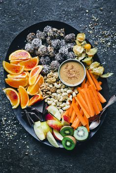 Movie night snack platter green kitchen stories tasty в 2019 Healthy Movie Snacks, Movie Night Snacks, Night Food, Vegan Snacks, Snack Platter, Breakfast Platter, Vegetarian Recipes, Healthy Recipes, Vegetarian Platter
