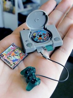 Funny pictures about Tiny PlayStation. Oh, and cool pics about Tiny PlayStation. Also, Tiny PlayStation photos. Mini Choses, Videogames, Mini Craft, Miniature Crafts, Miniature Food, Miniture Things, Small World, Lps, Dollhouse Miniatures