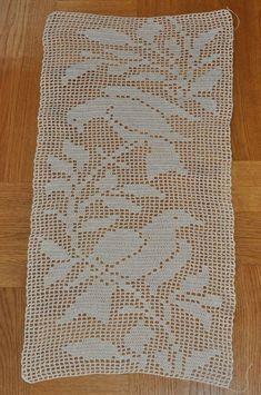 Best 12 Så här har jag gjort: Lägg upp 129 lm och börja virka i 5 lm från n Crochet Table Runner Pattern, Crochet Placemats, Crochet Stitches Patterns, Applique Patterns, Crochet Designs, Crochet Doilies, Knitting Patterns, Crochet Bedspread, Crochet Curtains