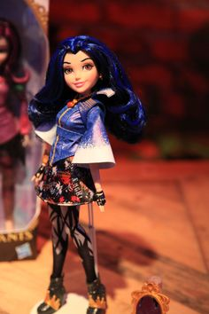 Evie, the daughter of the Evil Queen from Snow White, in her signature outfit Disney Descendants doll by Hasbro, 2015 Disney Descendants Dolls, Disney Dolls, Disney Halloween Costumes, Adult Costumes, Mal And Evie, Disney Decendants, Teen Beach, Barbie Birthday, The Descendants