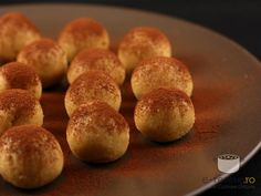 bomboane tiramisu Tiramisu, Romanian Food, Muffin, Good Food, Cooking Recipes, Sweets, Bread, Cheese, Cookies