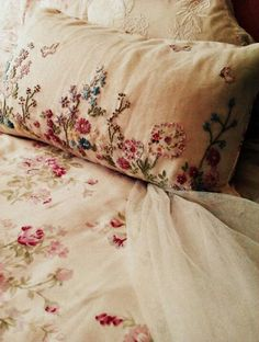Shabby little secret - beautiful embroidered linens