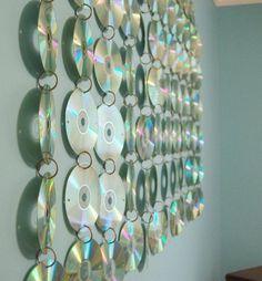 The best tutorials for DIY old CD crafts - Teen Room CD Hanging Diy Wand, Cd Crafts, Diy And Crafts, Small Teen Room, Mur Diy, Cd Art, Cd Wall Art, Music Wall Art, Diy Room Decor