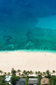 Helicopter overview of the reef at Pipeline, on the north shore. Good Vibes Wallpaper, Beach Bucket, North Shore Oahu, Oahu Hawaii, Blue Hawaii, Helicopter Tour, Beautiful Places In The World, Fauna, Dream Vacations