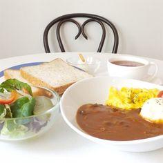 フロインドリーブ   ハッシュドビーフじっくり煮込んだデミグラスソースにスクランブルエッグ、マッシュポテトをつけあわせた2種類のパンとベジタブルサラダをセットにした冬季限定のハッシュドビーフです。