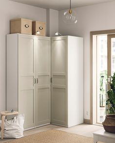 Pax Planer, Fitted Wardrobes, Wardrobes For Small Bedrooms, Small Bedroom Wardrobe, Small Closets, Armoire D'angle, Ikea Pax Wardrobe, Wardrobe Storage, Soft Closing Hinges