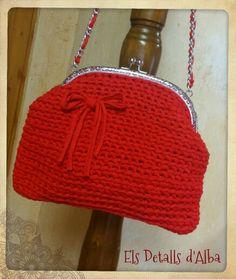 Bolso de trapillo en color rojo, con boquilla y cadena plateada y forrado por dentro,  25€. Por encargo.