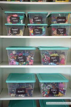 Des boites transparentes en plastique pour organiser les jouets.15 Super idées gain d'espace pour la chambre d'enfant
