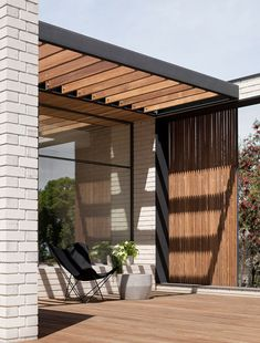 Moloney Architects introduce a new glass pavilion to an 1863 house in Daylesford's church district, in Victoria's spa country. Timber Pergola, Outdoor Pergola, Backyard Patio, Outdoor Spaces, Outdoor Living, Diy Pergola, Pergola Plans, Patio Design, Exterior Design