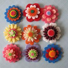 felt flowers (no tutorial, just inspiration) I love the top Felt Diy, Felt Crafts, Fabric Crafts, Felt Flowers, Fabric Flowers, Paper Flowers, Hobbies And Crafts, Diy And Crafts, Felt Headband
