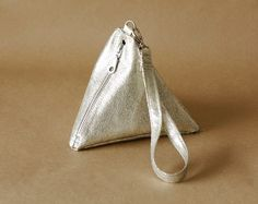 DIY: Pyramid Wrist Bag - looks like good instructions for sewing a zipper in leather