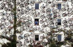 дом украшенный велосипедами