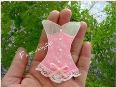 Lembrancinha chá de lingerie - corpete papel vegetal com imã de geladeira e tag
