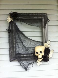 """DIY Halloween Projects: Halloween """"wreath"""" made using and old frame and some dollar store decorations. Photo Halloween, Theme Halloween, Halloween Projects, Halloween House, Holidays Halloween, Spooky Halloween, Halloween Window, Halloween Halloween, Halloween Wall Decor"""