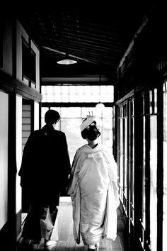 Japanese Wedding Kimono - love this photo of the moment. Japanese Wedding Kimono, Japanese Kimono, Traditional Wedding, Traditional Outfits, Mono Japan, Geisha, Wedding Styles, Wedding Photos, Japanese Couple
