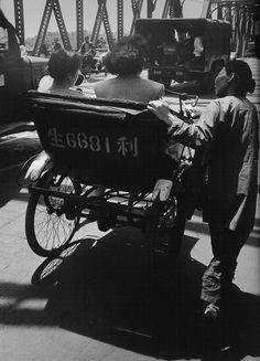 Begger.   1948年5月,在外白渡桥上乞讨的女人.