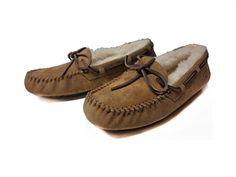 Slipers Dakota avellana UGG Ref: 3200002 Mocasín en ante color natural, con lazo ajustable en color natural e interior de borreguillo que ap... Ugg Slippers, Mellow Yellow, Pepe Jeans, Ugg Shoes, Ugg Australia, Moccasins, Uggs, Natural, Interior