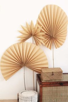 If you can fold paper, you can make these dried paper palm fronds from kraft paper! They're an easy way to DIY the dried palm trend. Bohemian Room Decor, Boho Bedroom Decor, Diy Flowers, Paper Flowers, Dried Flower Arrangements, Ikebana Arrangements, Paper Fans, Paper Paper, Diy Fan